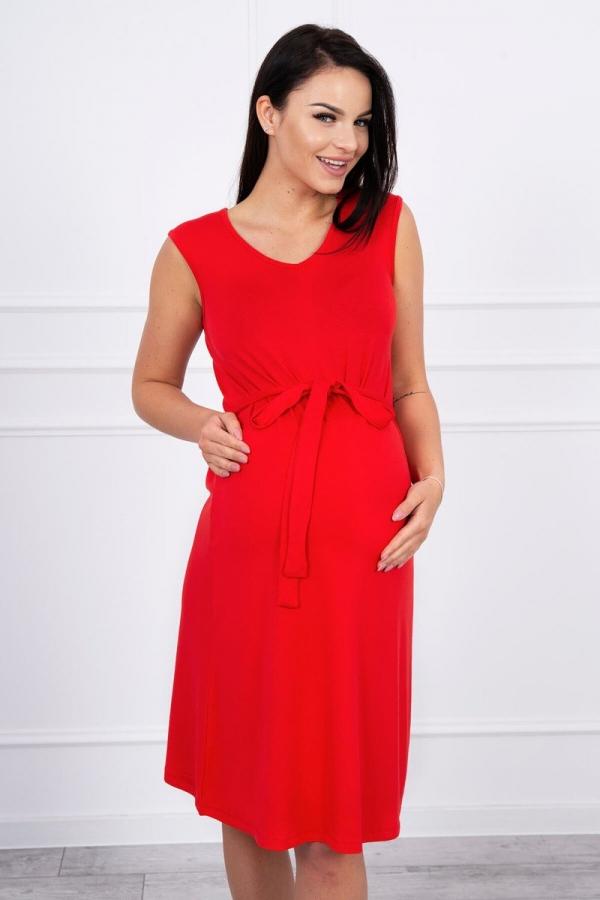 Trapézové šaty zviazané v pase červene